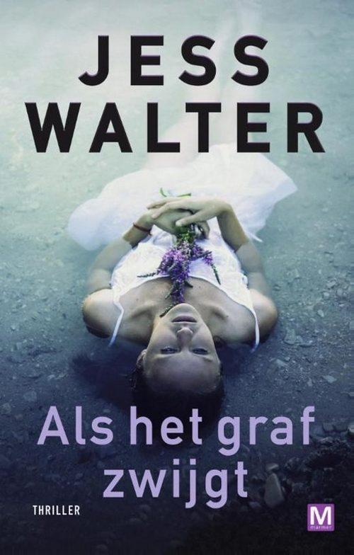 vrouw ligt op de grond witte jurk paarse bloemen in hand Jess Walter Als het graf zwijgt